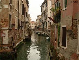 Venedig - Wasserstraße in einer Gasse